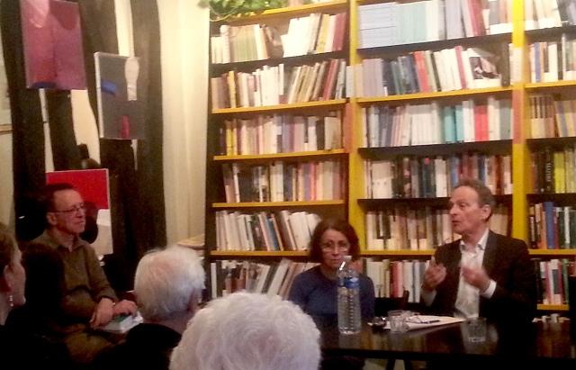 A gauche, Fortunato Tramuta écoutant Marc Lazar, qu'il a invité dans sa belle librairie italienne.